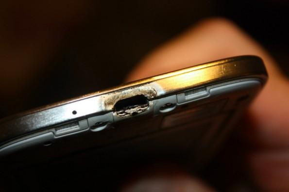 Samsung Galaxy S4: So sollte das Smartphone nach dem Ladevorgang nicht aussehen. (Foto: Richard Wygand / Facebook)