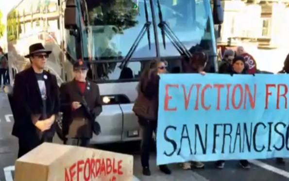 Kritiker demonstrieren gegen die wachsende Kluft zwischen arm und reich im Silicon-Valley. (Quelle: YouTube)