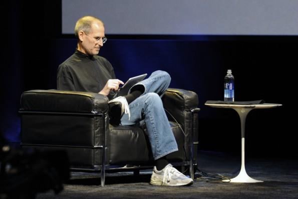 """Locker und lässig präsentierte Steve Jobs Ende Januar 2010 das iPad: """"a Magical Device"""", wie er immer wieder betonte. (Foto: Apple)"""
