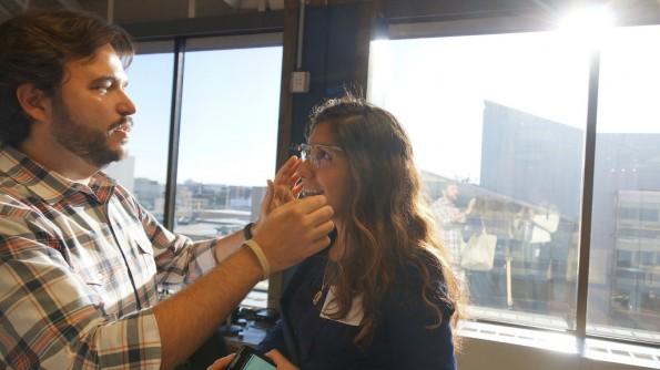 Auch mal andere probieren lassen: So begeistert man für Google Glass. Foto: Ted Eytan   –via flickr, Lizenz   CC BY-SA 2.0