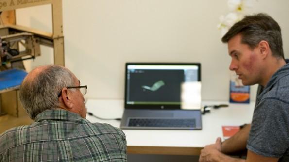 Nick Kloski hilft einem Kunden dabei, einen metergroßen Adapter für ein Feuerwehrschiff zu gestalten. (Foto: t3n)