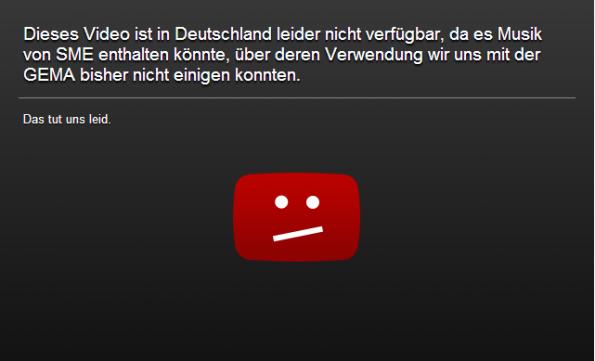 """Neue YouTube-Sperrtafel: """"Dieses Video ist in Deutschland leider nicht verfügbar, da es Musik von SME enthalten könnte, über deren Verwendung wir uns mit der GEMA bisher nicht einigen konnten. Das tut uns leid."""" (Screenshot: YouTube)"""