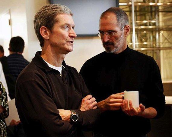 Tim Cook und Apple-Gründer Steve Jobs: Das Unternehmen verdient sein Geld vor allem mit dem Verkauf von Geräten wie dem iPhone und dem MacBook. #FLICKR#
