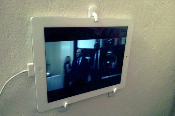 Technik-Lifehack #06 – Tablet-Halterung aus Klebehaken. (Bild: life.hackaday.com)
