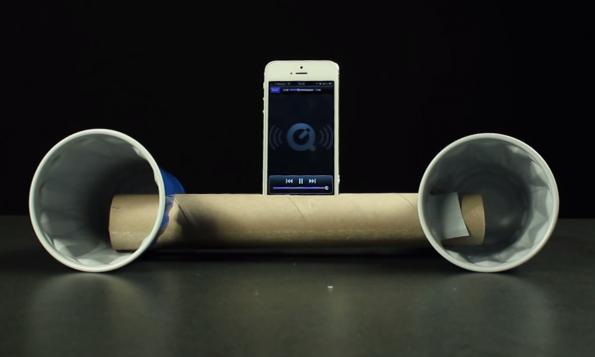 Technik-Lifehack #09 – Smartphone-Beatbox aus Papierrolle und Becher. (Bild: Buzzfeed)