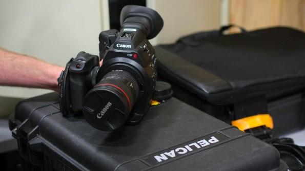 """Im """"Tech Cage"""" können sich die YouTuber Kamera-Equipment ausleihen – von der Spiegelreflexkamera bis hin zu professionellen Filmkameras wie dieser Canon EOS C100. (Foto: Moritz Stückler)"""