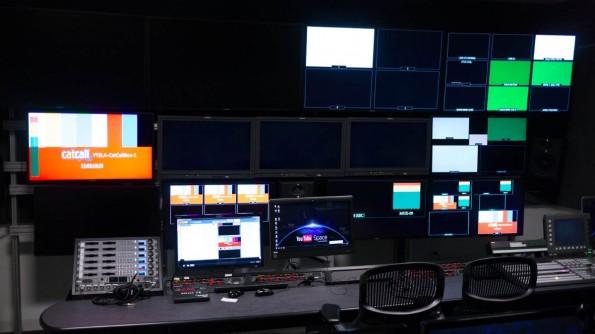 In diesem Regieraum können bis zu zehn Mitarbeiter an einem Livestream oder einer TV-Einspeisung arbeiten. (Foto: Moritz Stückler)