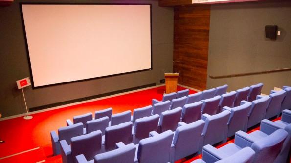 Filmabend Deluxe: Ein Kino mit 4K-Projektor und 47 Plätzen gehört ebenfalls zur Ausstattung im YouTube Creator Space. (Foto: Moritz Stückler)