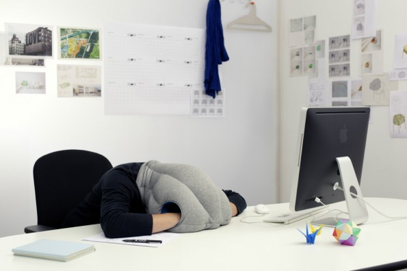 Power-Napping ist mittlerweile ein echter Volkssport im Büro: Mit dem Schlafkissen eines spanischen Startups soll das besonders gut gehen. (Foto: Banana Things)