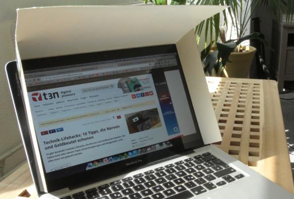 Technik-Lifehacks #3 – Screen mit Kornflakes-Schachtel vor Lichteinfall schützen. (Bild: t3n.de)