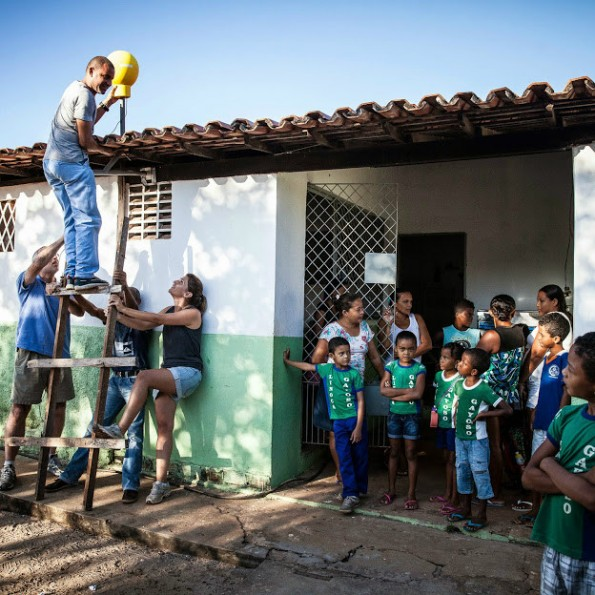 Im Rahmen von Project Loon wird eine Antenne auf das Schuldach im brasilianischen Agua Fria angebracht (c) Google