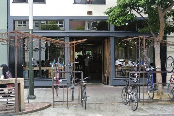 """Der Coffee-Shop """"Fourbarrel"""" bietet seinen Kunden nicht nur eigenen Kaffee, sondern auch Fahrradständer. (Bild: Andreas Weck)"""