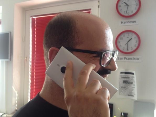 Auch das Telefonieren funktioniert überaus gut: Was unbequem aussehen mag, erweist sich in der Praxis als völlig unproblematisch. (Foto: Sebastien Bonset)