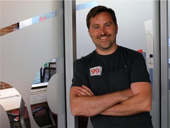 Jason Aiken ist Produktmanager bei 99designs. Im Interview erklärt er, wie das Unternehmen sich über Kontinente hinweg organisiert. (Foto: Andreas Weck)