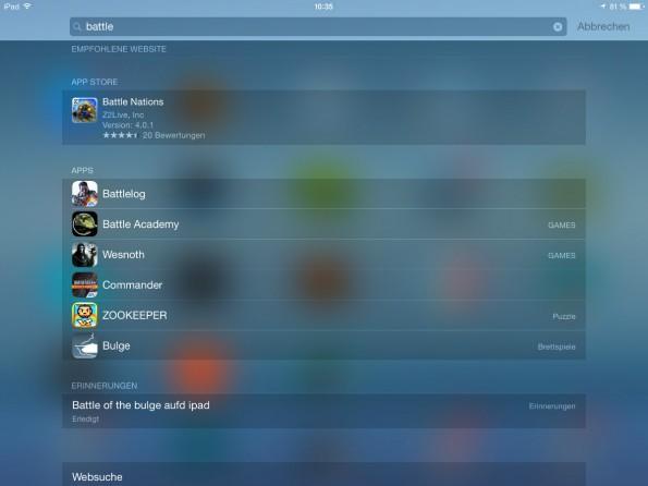 Bereits in iOS 7 eingeführt, lässt sich die Spotlight-Suche auch unter iOS 8 mit einem einfachen Swipe ganz schnell öffnen: einfach von der Mitte des Screens mittels einer Wischbewegung nach unten.