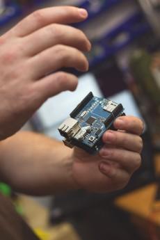 Ein Projekt von Mario Lukas: Ein Arduino-Board mit Netzwerk-Schnittstelle. (Foto: Jessica Borchardt)