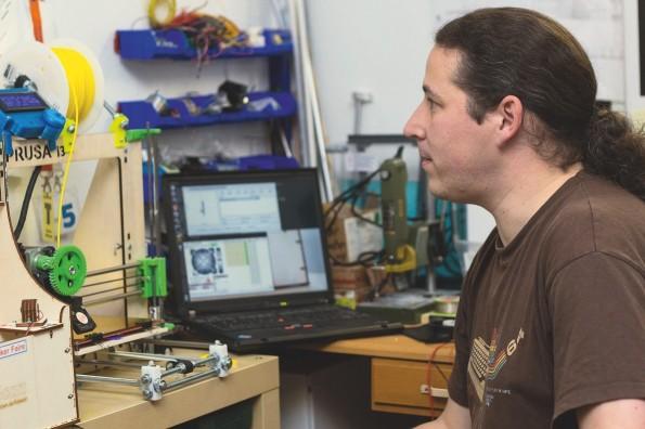 In seinem Reich: An diesem Arbeitsplatz arbeitet Mario Lukas mit Mini-Computern, Mikrocontrollern, einem 3D-Drucker, einem Lötkolben und vielem mehr. (Foto: Jessica Borchardt)