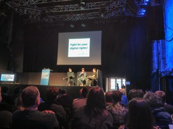 Ein provokant betitelter Talk über die Totalüberwachung: Der Meinungsaustausch zwischen Sascha Lobo, André Meister und Chaos-Computer-Club-Sprecher Frank Rieger. (Foto: Anja Braun)