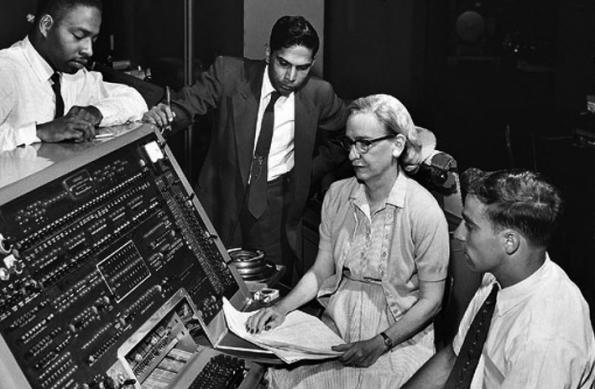 Grace Hopper entwickelte die Programmiersprache COBOL. (Bild: commons.wikimedia.org)