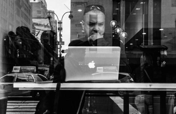 Auf das WLAN in Cafés sollten sich Digitale Nomaden nie verlassen. Deshalb: Immer Prepaid-SIM mit Datentarif besorgen. Direkt am Flughafen. (Foto: Flickr-Jim Pennucci / CC-BY-2.0)