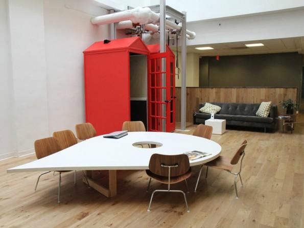 Tisch in Logo-Form: Ein Besprechungsraum bei Foursquare. (Foto: Robert Libetti / Business Insider)