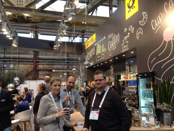 Die t3n-Crew relaxt an der Cafe-Bar am DHL Stand. (Foto: Andreas Lenz/t3n)