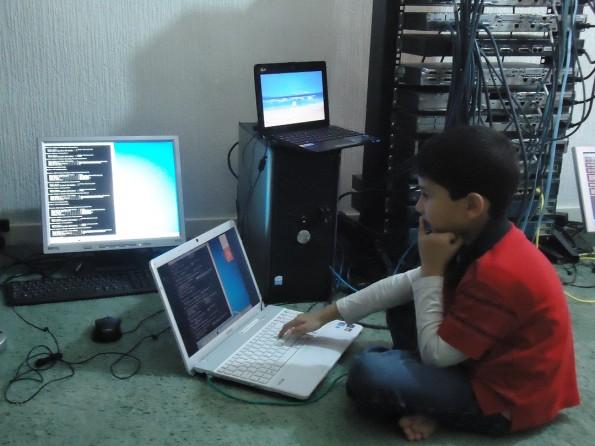 Ayan Qureshi hat sich mehrere Monate lang auf die Prüfung vorbereitet, sein Vater half ihm dabei (Foto: ayanqureshi.com)