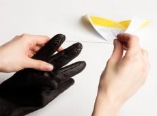 Craftimoko hat ein Stickset für besonders individuelle Touchscreen-Handschuhe entworfen. (Screenshot: selekkt.com)