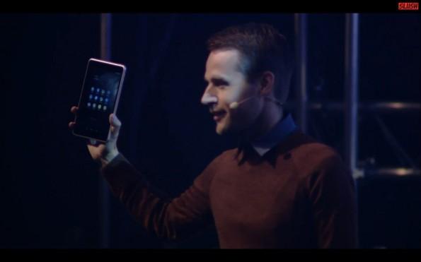 Alexander Nyström  mit dem Nokia N1. (Screenshot: http://highway.slush.org/live)