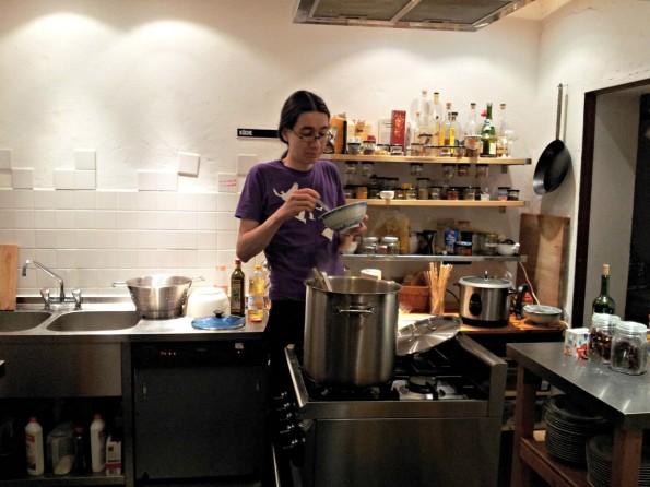 """Nomaster aliasMicoto Szillat in der """"Dorf-Küche"""": """"Wenn meine Oma das heiße Wasser für den Kartoffelbrei mit der Kaffeemaschine warm macht, dann ist sie laut Wau Holland ein Hacker."""" (Foto: Flickr / fibre0815)"""