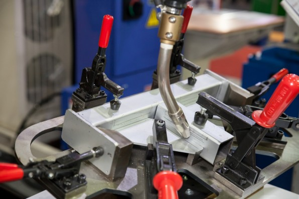 Industrie 4.0 betreibt die komplette Digitalisierung von Produktion, Logistik und Kunden. (Bild: Shutterstock-Amnarj Tanongrattana)