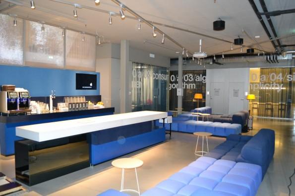 Kaffeeküche im Erdgeschoss, direkt nach dem Eingang. Im Hintergrund sind Besprechungsräume zu sehen. (Foto: Jochen G. Fuchs)