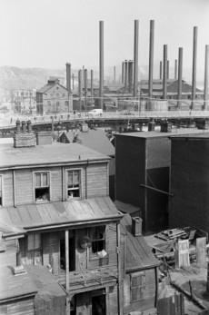 """Die soziale Ungleichheit abfedern: Industrialisierung als Vorbild für die Digitalisierung? (Foto: <a href=""""http://www.shutterstock.com/de/pic-242294650/stock-photo-slum-housing-near-steel-mills-of-pittsburgh-pennsylvania-during-the-s-steelworkers-unionized.html?src=9cROb7ruxPZQ3w_UjieoyQ-1-11&ws=1"""">Shutterstock</a>)"""