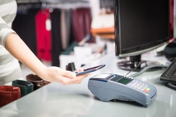 Mit Technologien wie Beacons, NFC, RFID oder QR-Codes führen diverse Einzelhändler schon erste Pilot-Projekte durch. (Foto: Shutterstock)