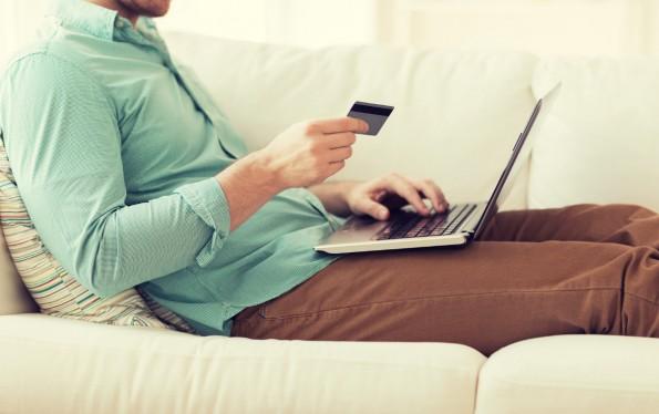 Bezahlen per Kreditkarte ist oft mit hohen prozentualen Gebühren verbunden - an diesem Punkt könnte Facebook mit seinen Bezahldienst angreifen. (Foto: Fotolia)