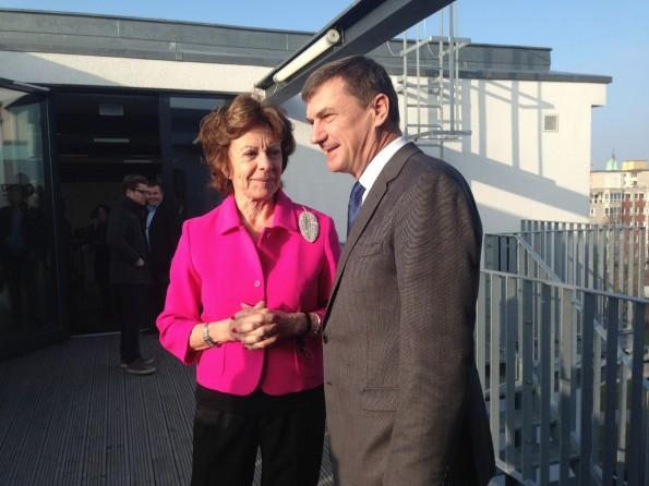 """Direkt nach dem Journalistengespräch traf Ansip auf die ehemalige EU-Kommissarin Neelie Kroes. Die lobte am Abend die hiesige Startup-Szene:  """"Hier spürt man den Willen, Dinge zu verändern."""" (Foto: t3n)"""