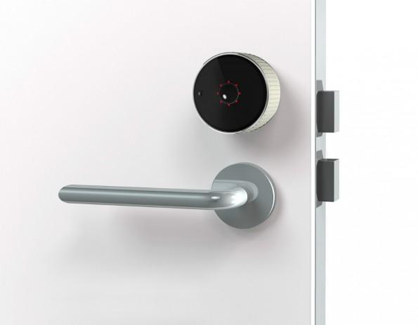 Das Danalock lässt sich leicht an der eigenen Tür anbringen und hört dann auf die App – oder auf den klassischen Schlüssel. (Foto: Danalock)