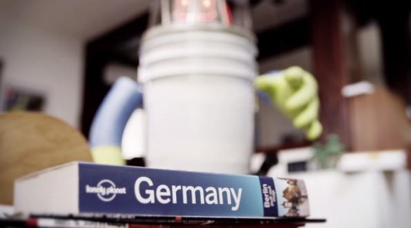 Abgefahrenes Roboter-Projekt: hitchBOT fährt per Anhalter durch Deutschland. (Screenshot: Vimeo)