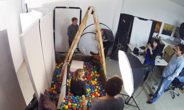 3.500 Bälle und fünf Stunden im Fotostudio: Das war das Covershooting für das t3n Magazin Nr. 39. (Foto: Johannes Schuba)