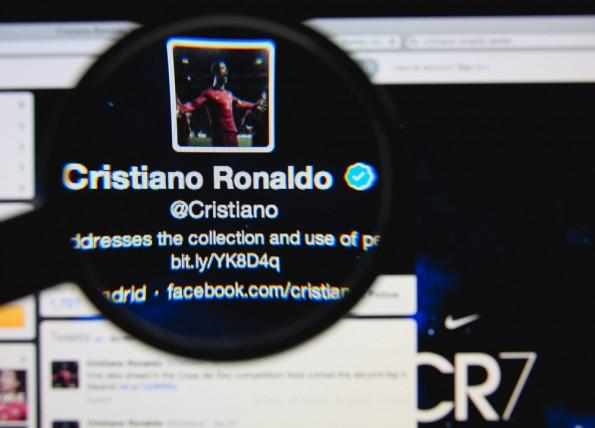 Superstars wie Cristiano Ronaldo dürfen das blaue Häkchen von Twitter ihr Eigen nennen. Kann es bald Jedermann einfach kaufen? (Foto: © Gil C / Shutterstock.com)