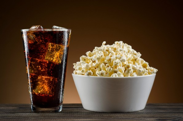 Premium-Streaming statt Filmpremiere: Popcorn und Cola zu Hause und nicht im Kino. (Foto: © nioloxs / Shutterstock)