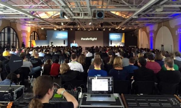 """Friedemann Karig auf der re:publica 2015 mit seinem """"Warfight""""-Vortrag. (Foto: @ginsig / Twitter)"""
