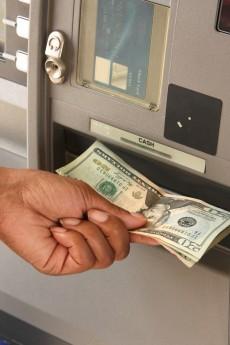 Geld abheben, um es direkt wieder einzuzahlen ist manchmal die einzige Lösung. (Foto: Shutterstock)