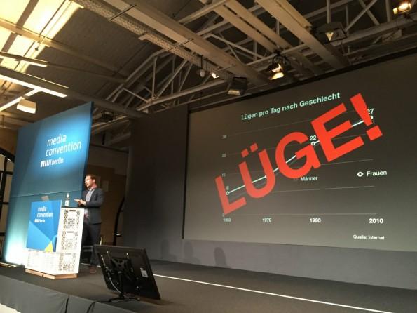 Friedemann Karig sprach auf der re:publica 2015 über die Abschaffung der Wahrheit. (Foto: t3n)