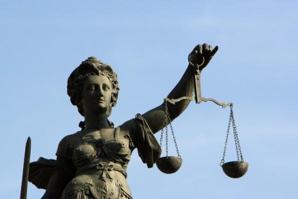Justitia schaut euch über die Schulter (Foto: Fontanis/fotolia.com)
