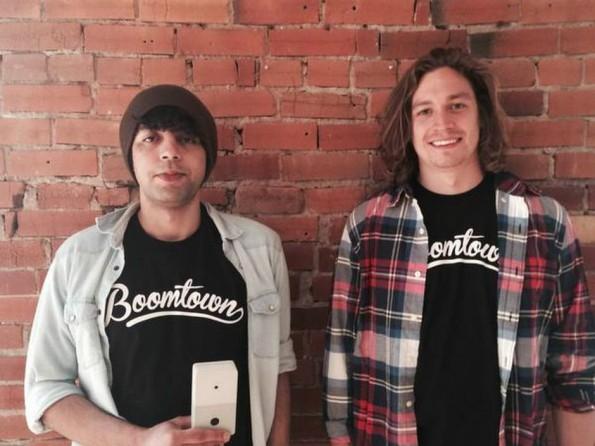 Chui-Gründer Shaun Moore (rechts) mit seinem Kompagnon Mezare (links). Zusammen haben sie in Taghazout ihre Idee für eine smarte Türklingel in Reinform gebracht. (Foto: Dallasnews)