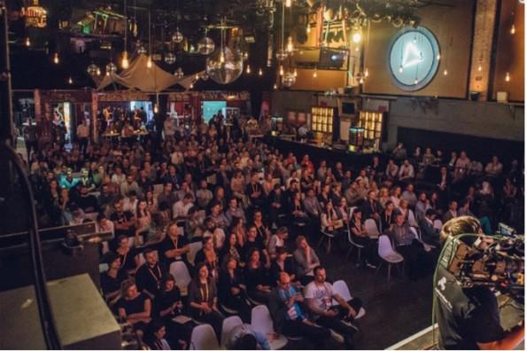 Das Publikum lauschte dem Interview auf der NPA und konnte am Ende auch Fragen stellen. (Foto: Hannes Holtermann, Online Marketing Rockstars)