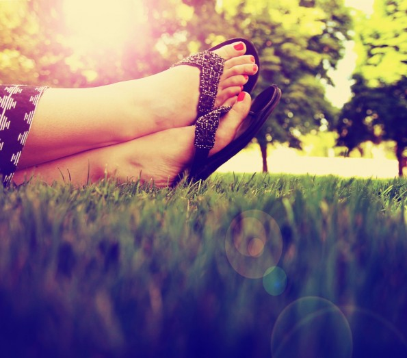 Sommer heißt Freiheit – auch für die Füße, wenn der Dresscode es zulässt. (Foto: Annette Shaff – Shutterstock.com)