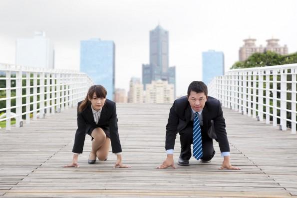 "Wer ein Unternehmen gründet, muss seine Konkurrenz kennen. (Foto: <a href=""http://www.shutterstock.com/de/pic-67526728/stock-photo-business-man-and-woman-getting-ready-for-race-in-business.html?src=VWSh9Ed-TSzrAg1iNaB13w-4-26"">Shutterstock</a>)"