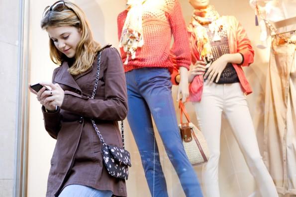 Noch im Laden online einkaufen? Dem stationären Handel dürfte das gar nicht gefallen. (Foto: Shutterstock)